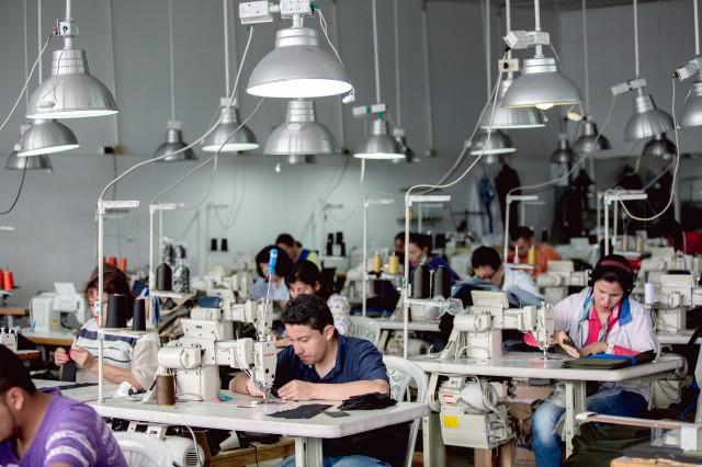 Trabajadores en fábrica - Colombia