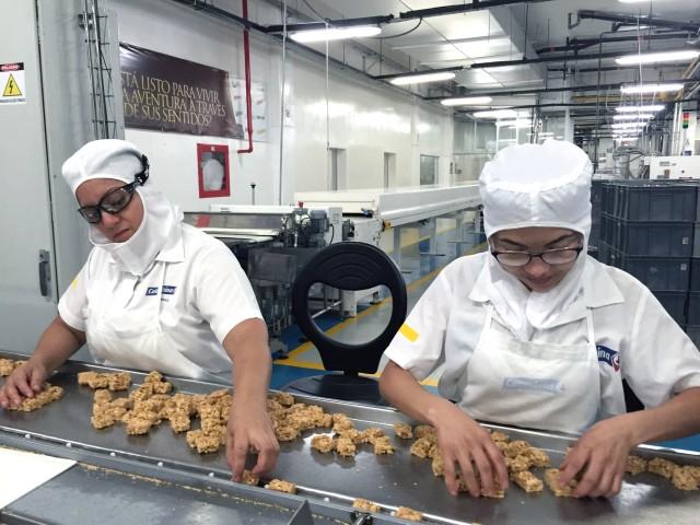 Trabajadoras en fabrica de confitería